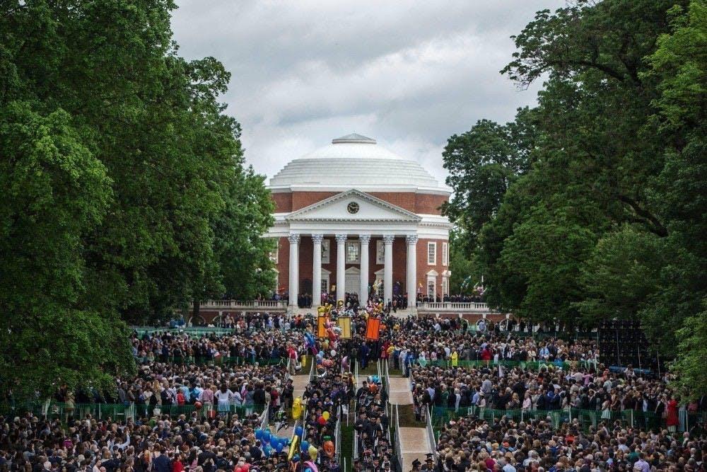 每个毕业生都有机会在穿过中央草坪。毕业典礼将于5月16日在Scott体育场举行。届时每一位学生可以邀请两名嘉宾。