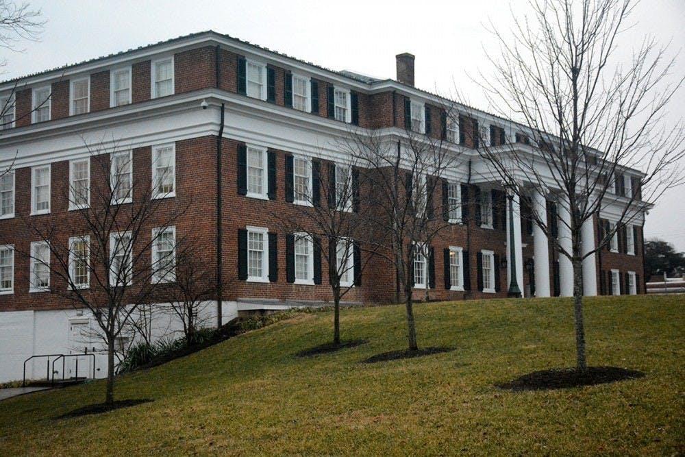 Los estudiantes pueden presentar una denuncia de Título IX por telefono, en persona en el edificio O'Neil Hall, o a través del sistema en línea Just Report It  [Solo Reportalo] de la Universidad, entre otras opciones.