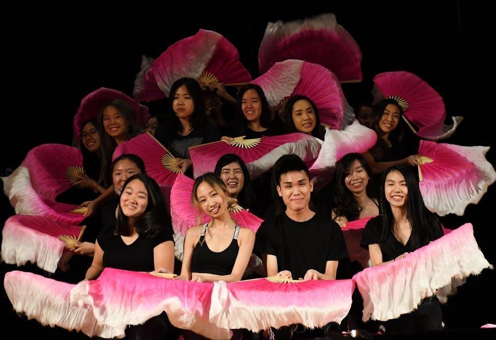 在星期六,大约三百位观众参加了中国学生会在Burley Middle School举办的第二十五届年度中华文化展演。展演从当天下午三点持续到六点三十。
