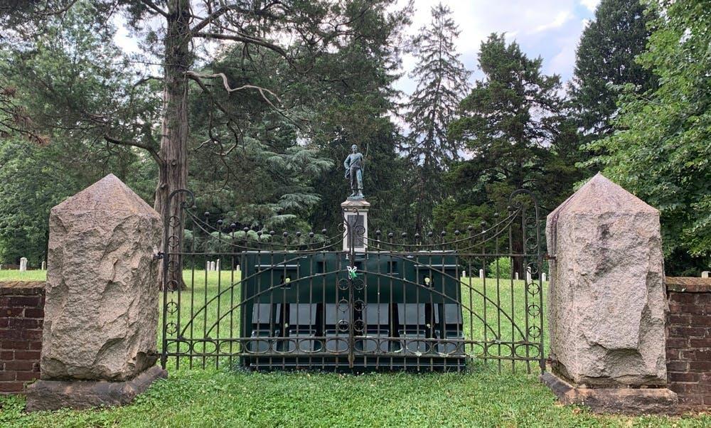 La medida de restringir el acceso al Cementerio Confederado de la Universidad se produce en medio de semanas de protestas en todo el país que piden la eliminación, a veces por fuerza, de numerosas estatuas confederadas y otros monumentos considerados racistas.