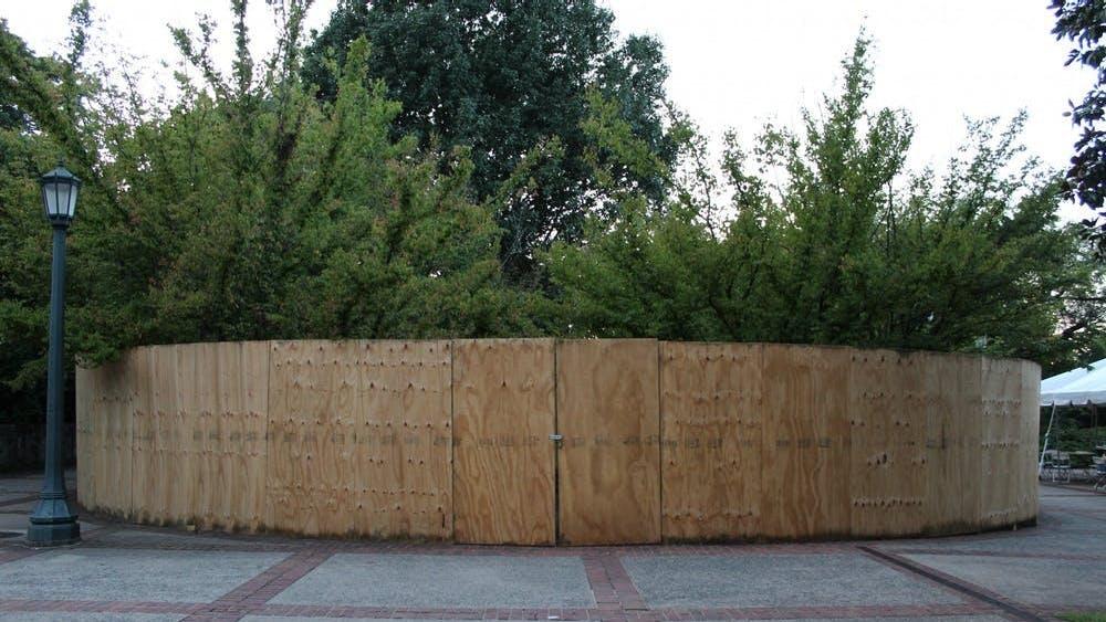 El portavoz de la Universidad Wes Hester dijo que la cerca será pintada de verde oscuro, y que la cerca está destinada a rodear el monumento solo temporalmente mientras la Universidad revisa las opciones para un reemplazo.