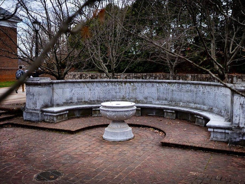 """El monumento consiste en una fuente de mármol y un muro con la inscripción """"un memorial al honorable Frank Hume, un Virginiano dedicado quien servía a su estado nativo en la guerra civil y aula legislativa""""."""