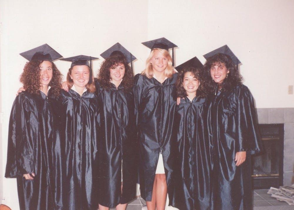 <p>Meredith Kopit Levien (izquierda) con sus mejores amigas en sus vestidos de graduación. (<em>Fotografía cortesía Meredith Kopit Levien</em>)</p>