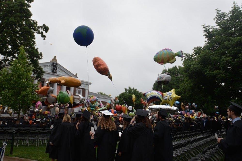 En lugar de la ceremonia de graduación tradicional, Ryan dijo que la Universidad está considerando dos alternativas, como celebrar eventos de graduación modificados esta primavera que involucran sólo los estudiantes graduados pero ningunos invitados, o posponer los eventos de graduación hasta una fecha futura cuando puedan asistir las familias así como los estudiantes.