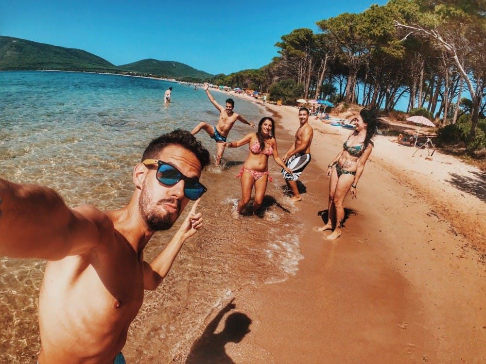 beach_bikini_enjoyment_friends_fun_group_leisure_men-1558565