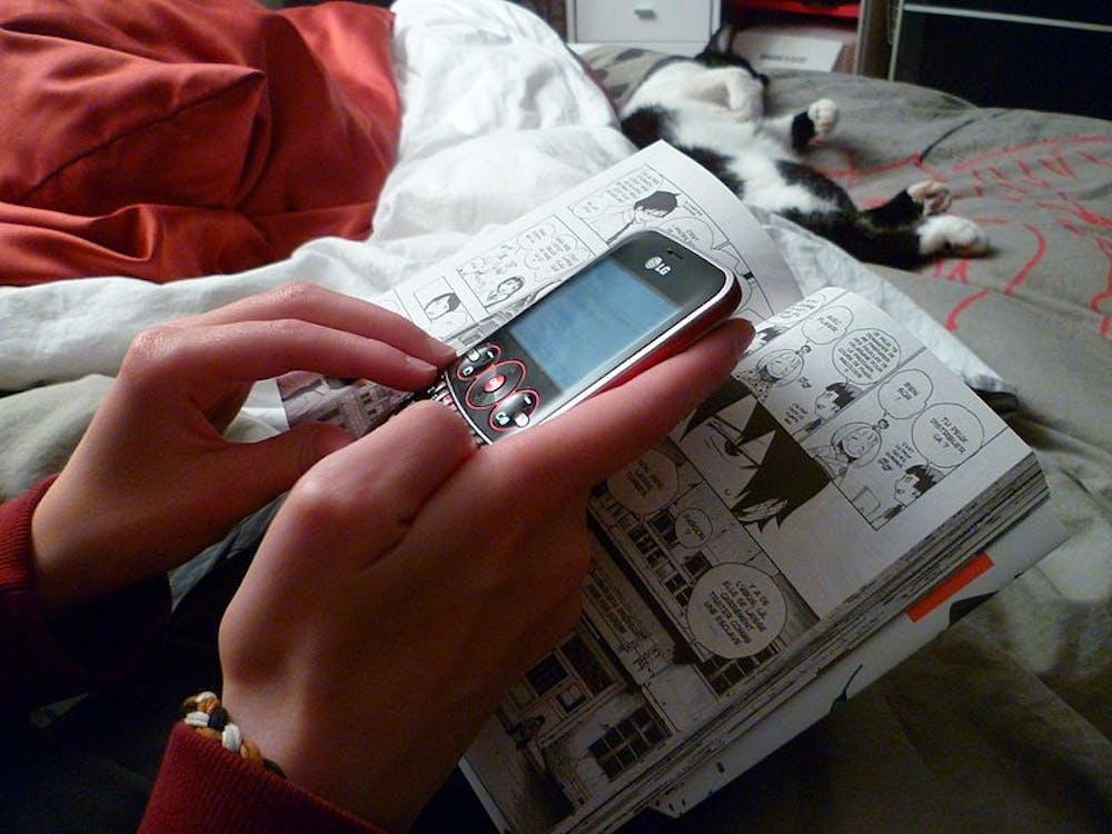 800px-teenage-girl-texting-while-reading-a-manga-1