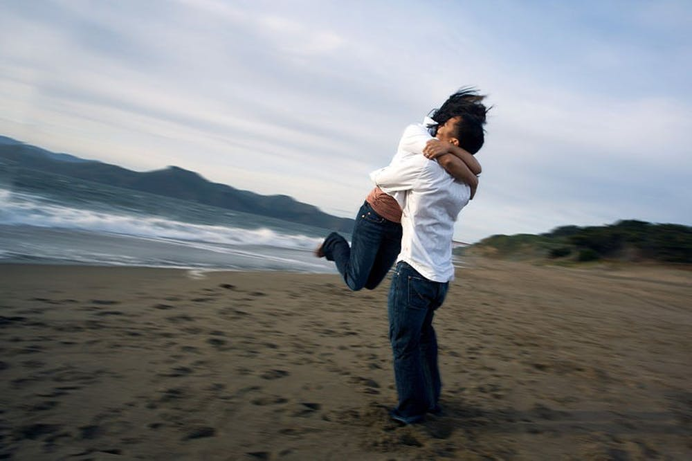 800px-people-hugging-in-the-beach