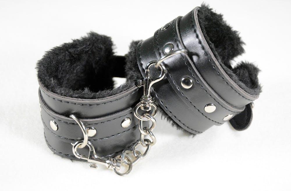 handcuffs-2773818_1920