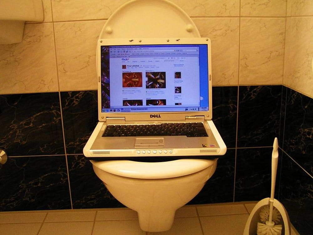 800px-laptop-at-an-unusual-place
