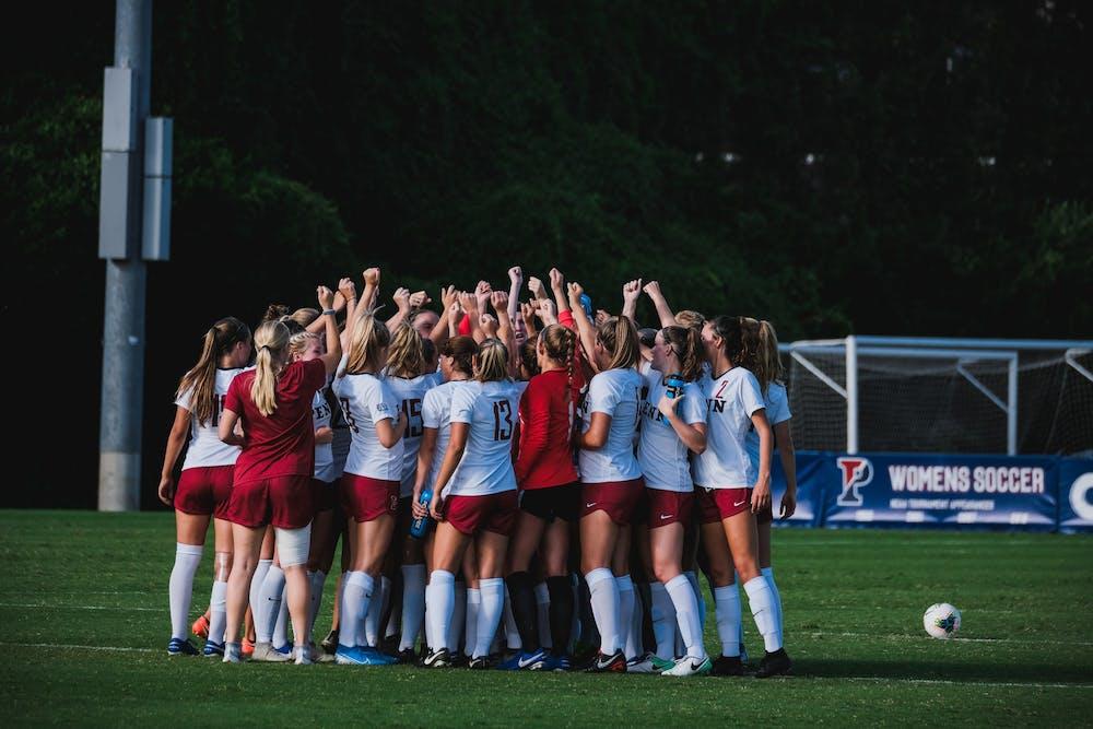 womens-soccer-huddle