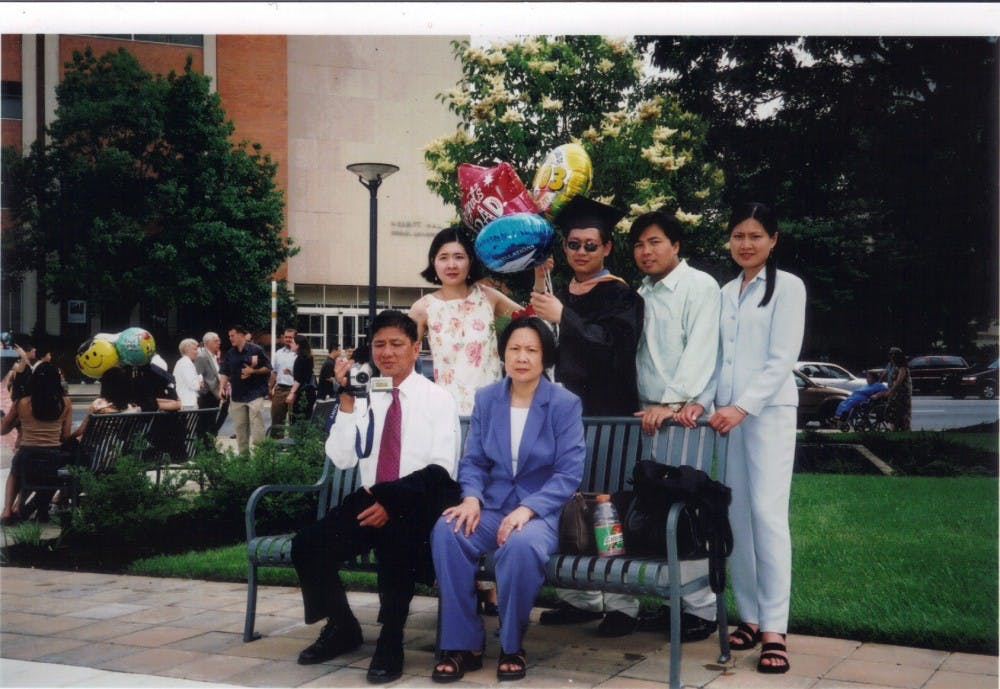 family_photo_leeto_graduation_8