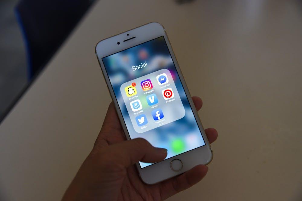 iphone-social-media-facebook-twitter-instagram-phone