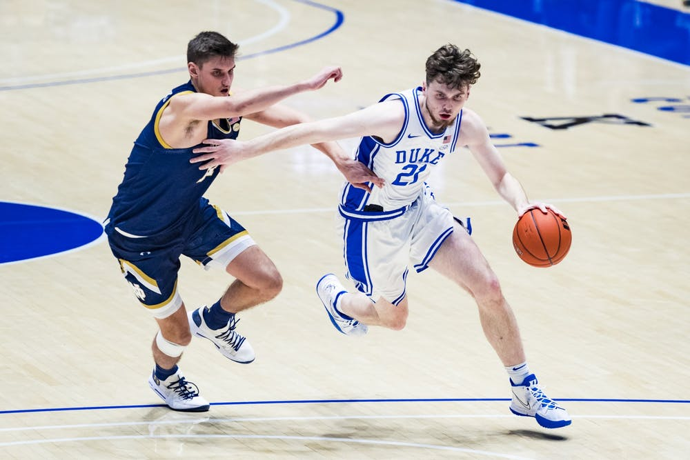<p>Matthew Hurt kept the Blue Devils afloat early with his 3-point shooting.</p>