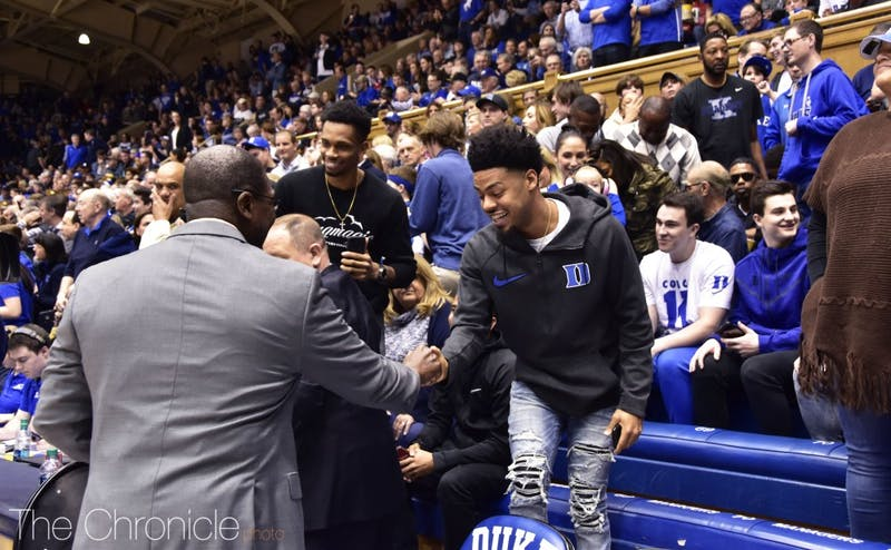 Quinn Cook sat next to boxing legend Floyd Mayweather for Saturday's game.