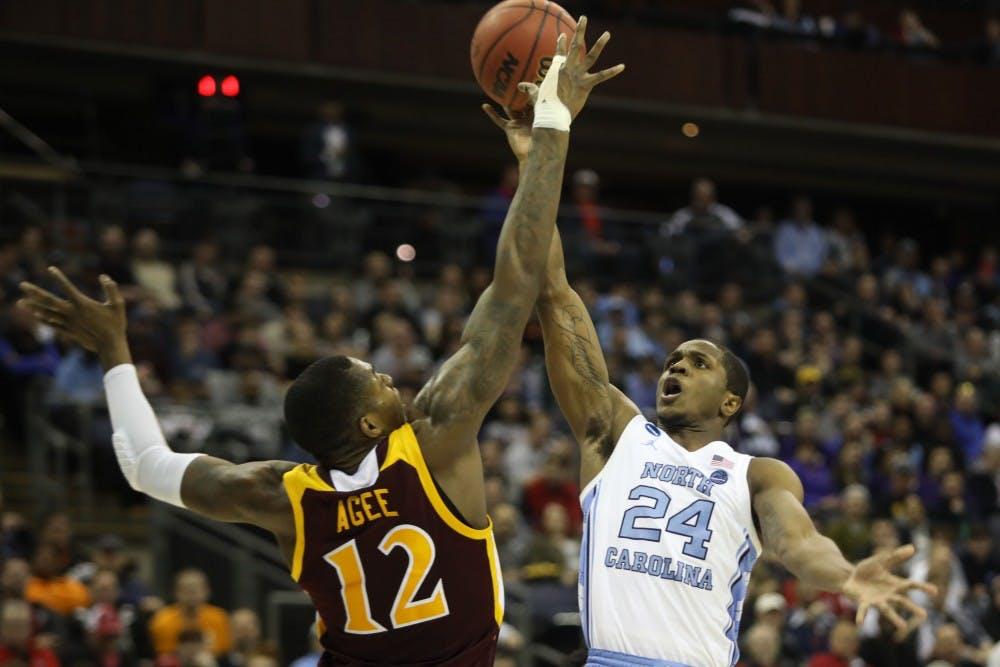 sale retailer 713ee 50ffa HALFTIME  North Carolina leads No. 9 Washington, 41-33, in NCAA second round