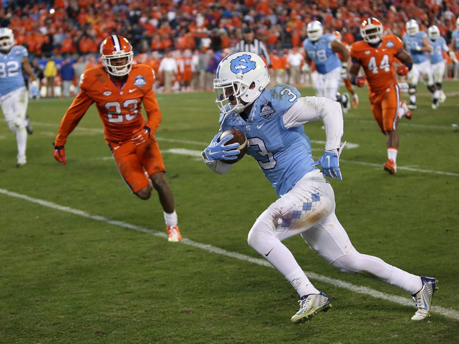 Wide receiver Ryan Switzer (3) advances into the end zone for a UNC touchdown.