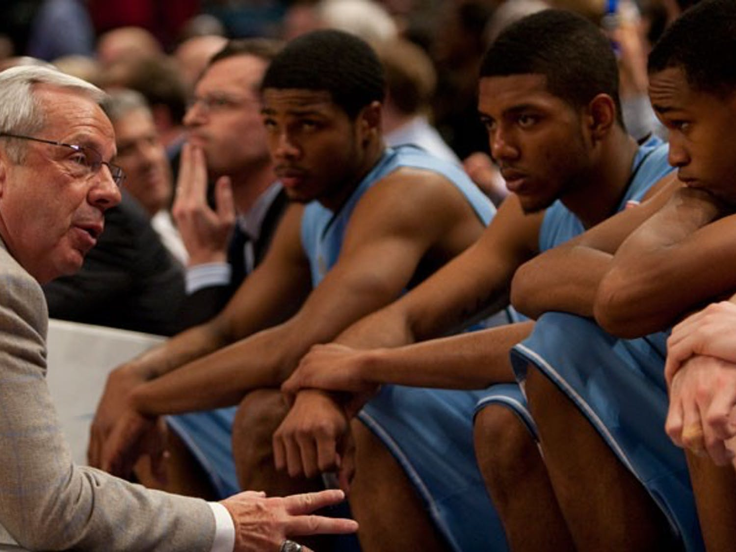 Roy Williams talks with Dexter Strickland, Leslie McDonald and John Henson. DTH/Katherine Vance