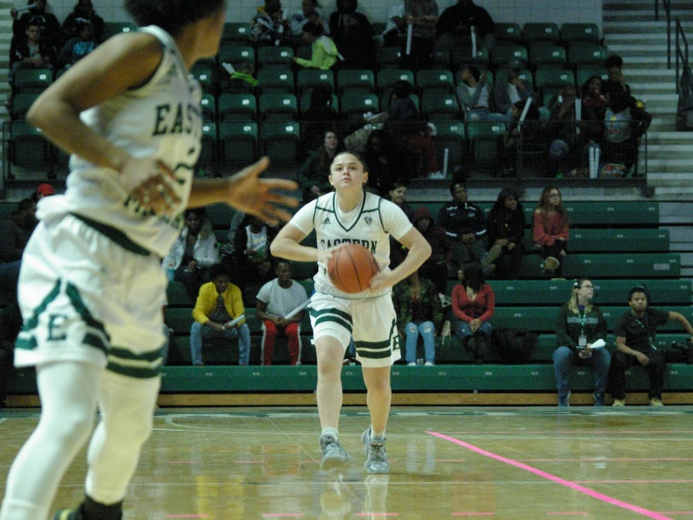 Jenna Annecchiarico passes to Courtnie Lewis at the Convocation Center on Nov. 8.