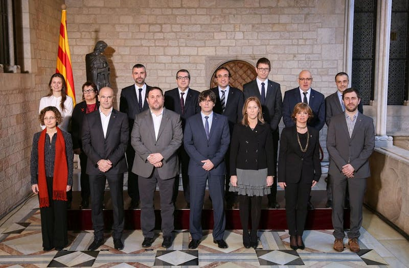 The 2016 Legislature of the Government of Catalonia took office on January 14. Carles Puigdemont is president of the Generalitat, (first row, center), and Oriol Junqueras is vice president (on his left) (photo provided by Generalitat de Catalunya).