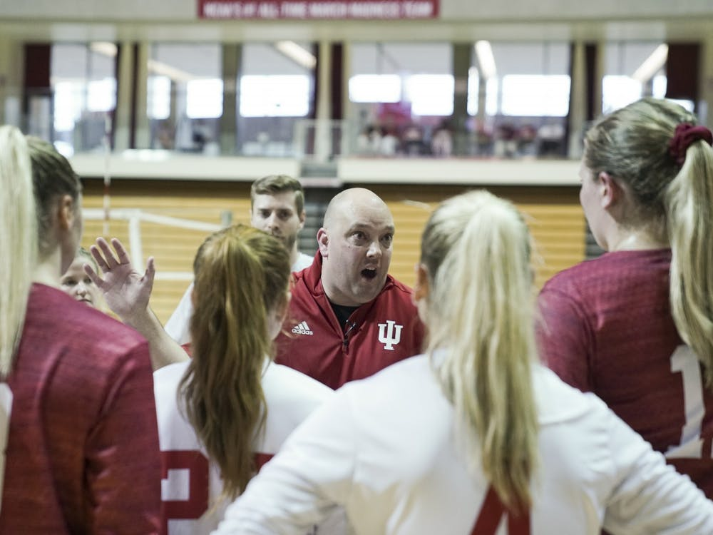 Head Coach Steven Aird huddles the whole team after the second game at the Aug. 18, 2018 Cream & Crimson scrimmage. IU volleyball's 2020 recruiting class is ranked No. 15 in the nation according to PrepVolleyball.com.
