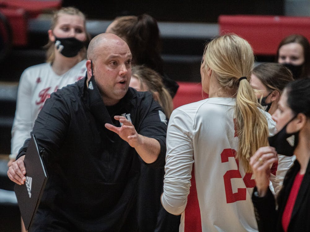 IU volleyball head coach Steve Aird talks to freshman middle blocker Leyla Blackwell on March 5 in Wilkinson Hall. The Hoosiers lost two matches to Illinois this weekend on the road.