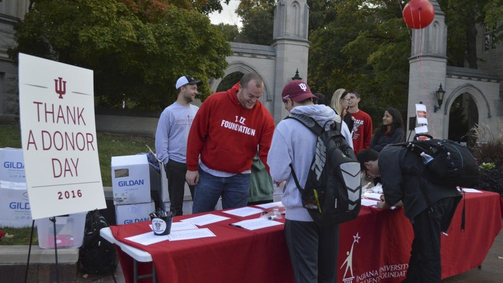 Students involved with the IU Student Foundation encourage other IU students to thank a donor by Sample Gates in 2016. People often participate in Giving Tuesday by donating money to IU through the IU Foundation.