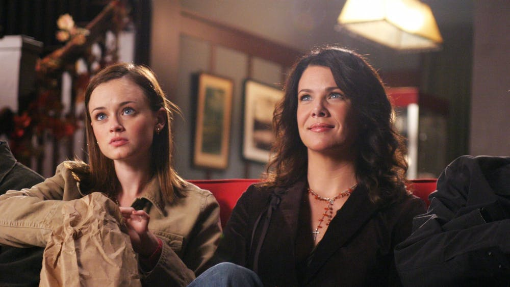 Gilmore Girls actresses Lauren Graham and Alexis Bledel pose for a publicity still from season five, episode five.