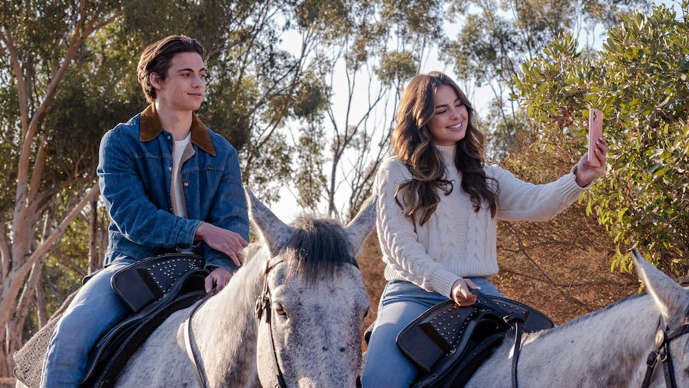 HE'S ALL THAT (L to R) TANNER BUCHANAN as CAMERON KWELLER and ADDISON RAE as PADGETT SAWYER in HE'S ALL THAT. Cr. KEVIN ESTRADA/NETFLIX © 2021