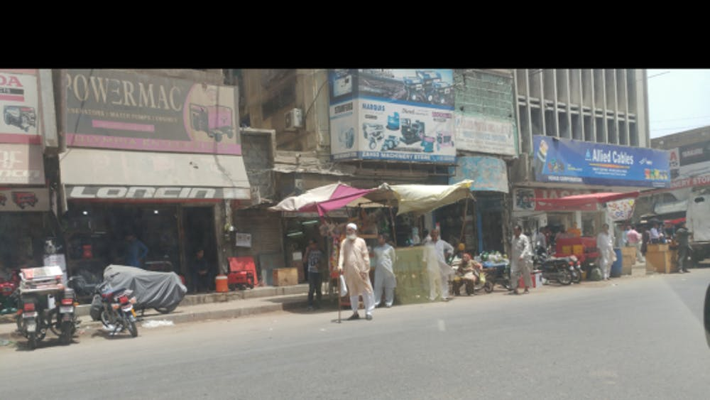 COURTESY OF ZUBIA HASAN Vendors selling goods in Saddar Town, a historic area located in Karachi, Pakistan.