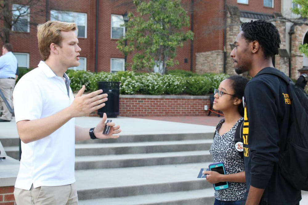 Brycen Higdon speaks with Mercer students on Cruz Plaza.
