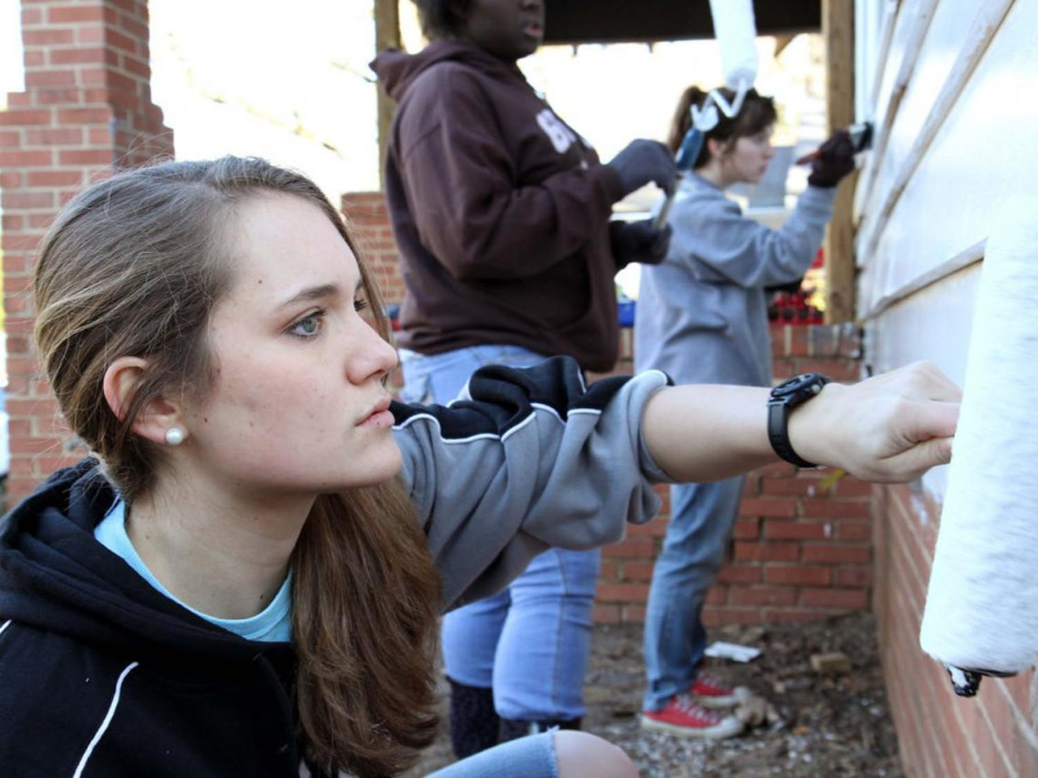 Janae-paints-a-house-as-part-of-the-2014-MLK-Day-of-Service