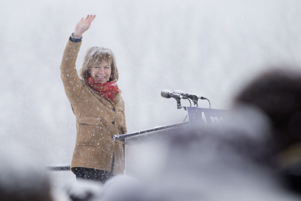 Tina Smith pushes for financial aid transparency