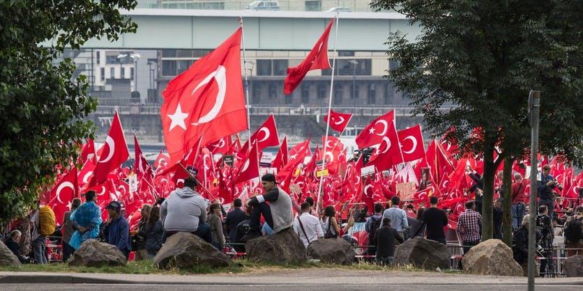 Türken demonstrieren in Köln am 31. Juli 2016 am Deutzer Rheinufer / Deutzer Werft