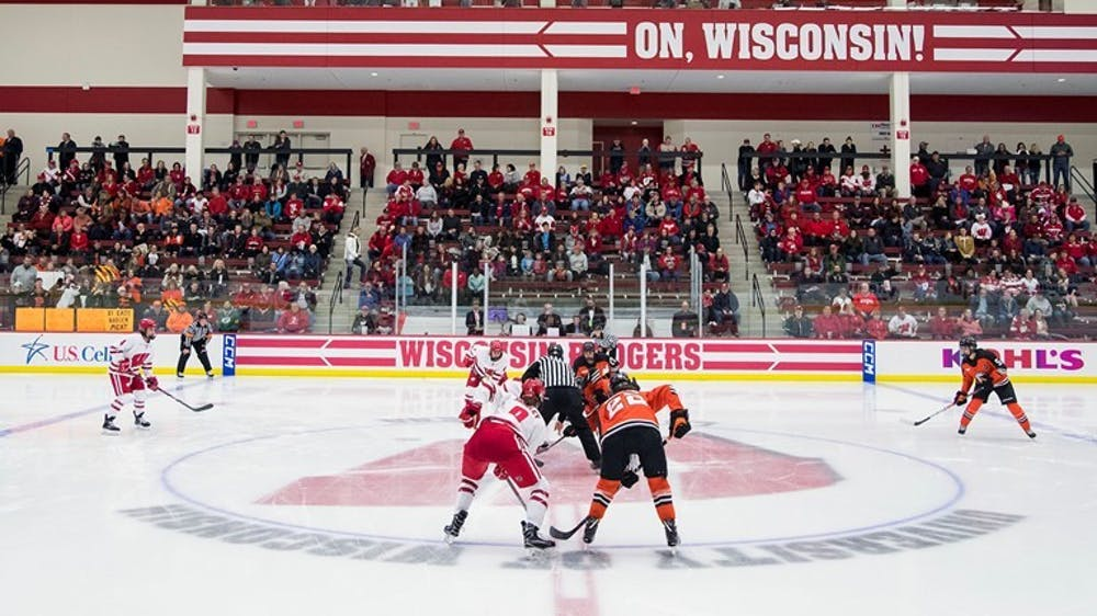 wisconsin-181019wh-5196-faceoff