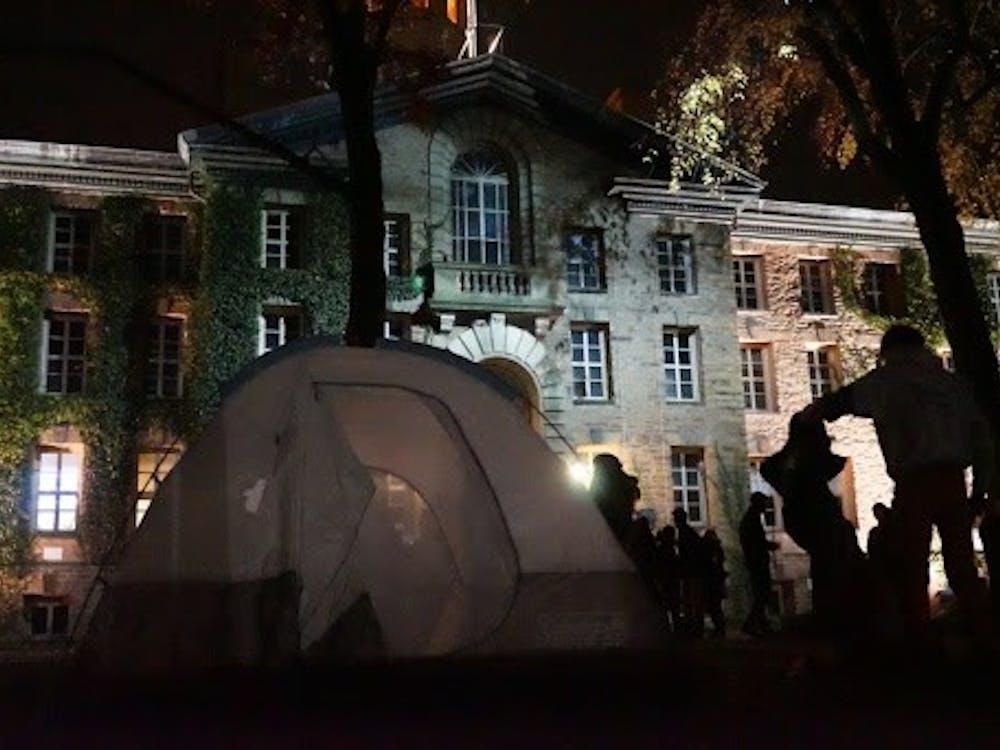Student protestors set up tents outside Nassau Hall. Courtesy of University Press Club live-blog