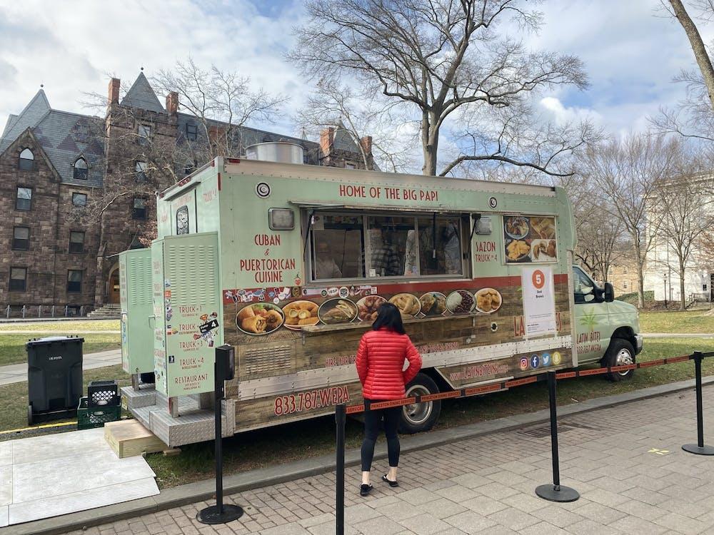 Un camión de comida afuera de Dodd Hall. Zachary Shevin / The Daily Princetonian