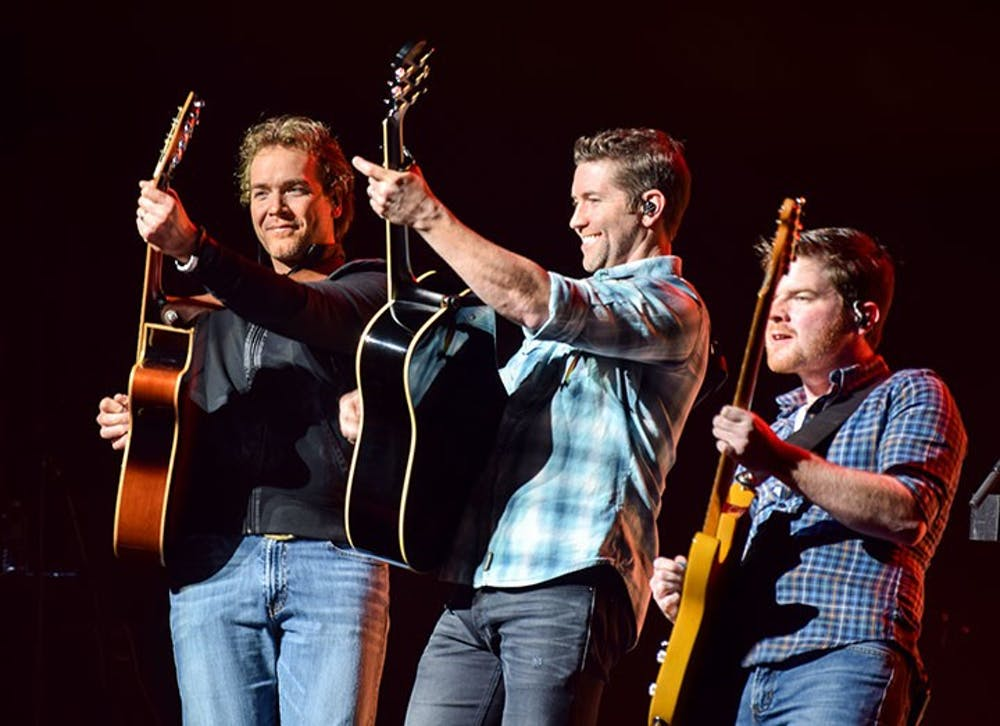 Josh Turner rumbles Shippensburg with deep Southern vocals