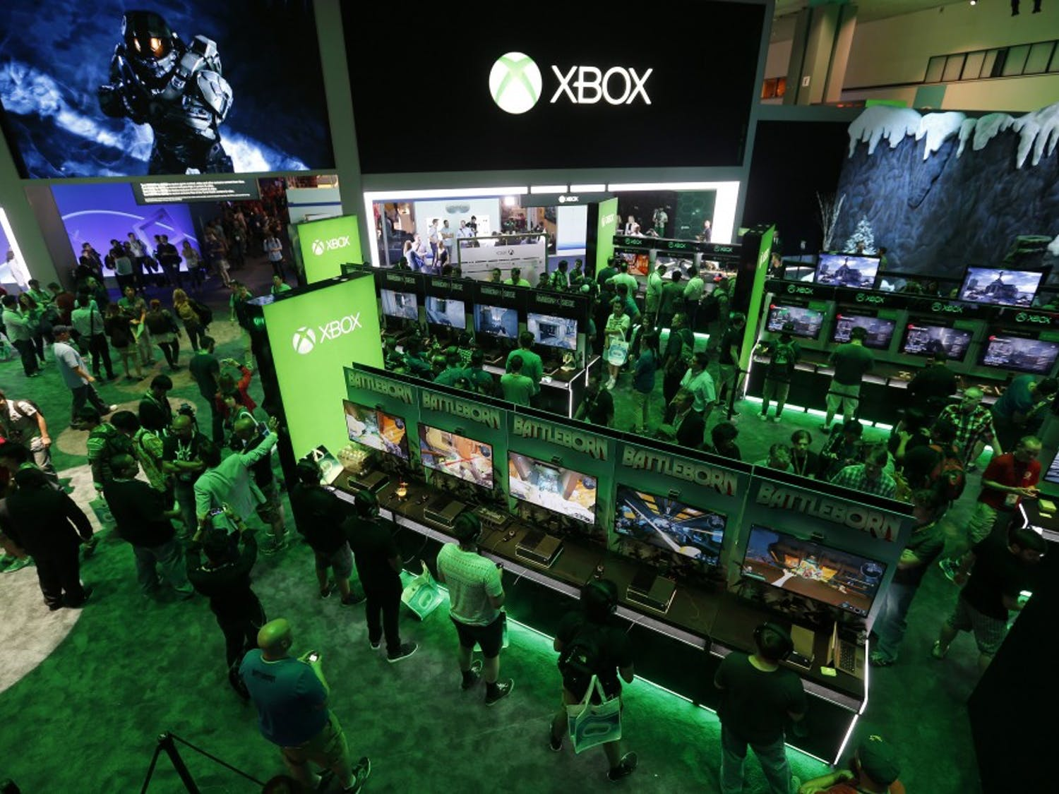 A large crowd of video game enthusiasts fill the Xbox game booth to try out new games during the first day of three-day E3 Electronic Entertainment Expo in Los Angeles on Tuesday, June 16, 2015. (Allen J. Schaben/Los Angeles Times/TNS)