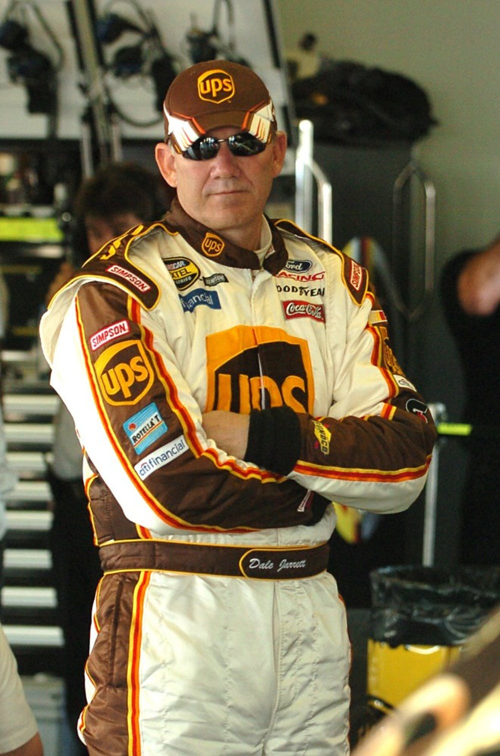 KRT SPORTS STORY SLUGGED: NASCAR KRT PHOTOGRAPH BY JOHN RAOUX/ORLANDO SENTINEL (MIAMI OUT) (February 16) DAYTONA, FL -- Dale Jarrett, who will be on the pole for the Daytona 500, takes a break in the garage while his crew works on his car at the Daytona International Speedway in Daytona Beach, Florida, on Wednesday, February 16, 2005. (mvw) 2005