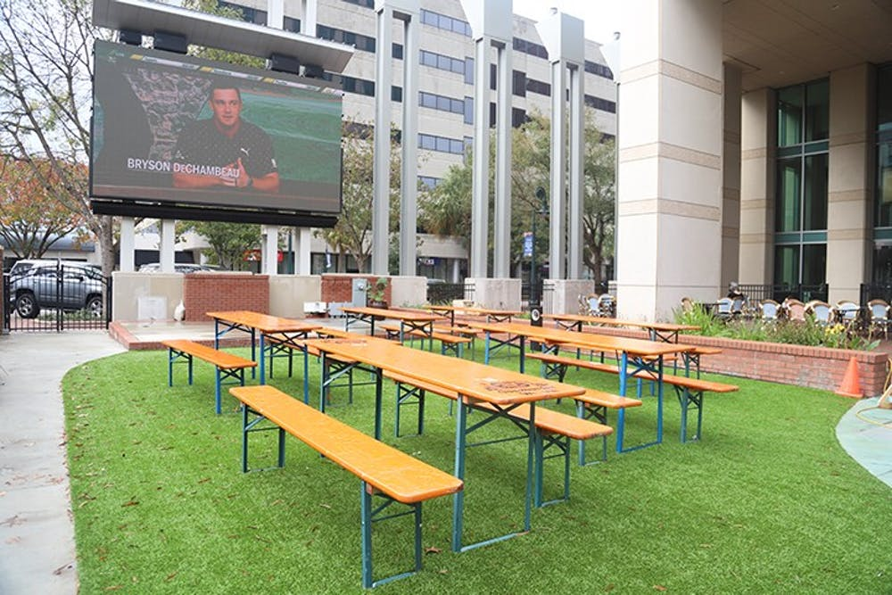 Market on Main offers many different options for outdoor seating. These options include high tables, picnic tables and an outdoor bar. The outdoor seating also includes a large screen that provides entertainment for outdoor guests.