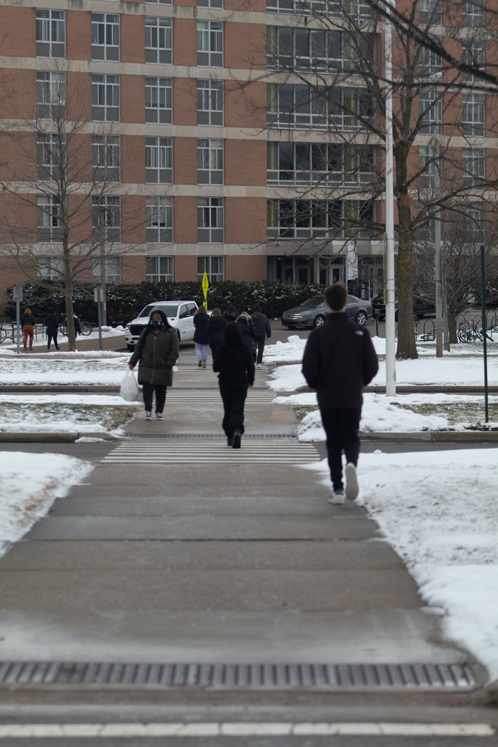 <p>Students walking between West Akers and West Holmes Hall on Tuesday, Jan. 29, 2021.</p>