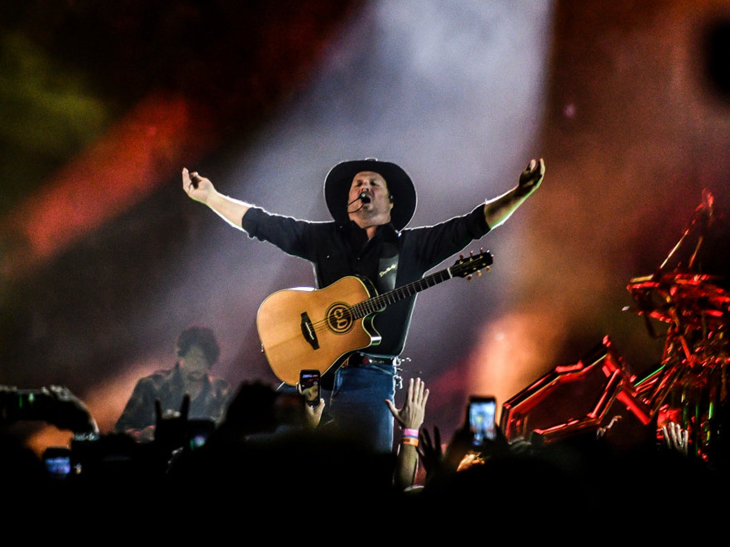 Garth rocks the Swamp despite early hiccups