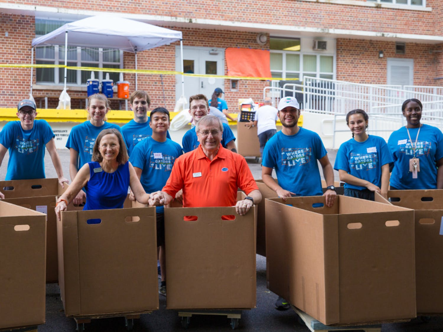 President Kent Fuchs helps students move in on Thursday, Aug. 15 at Jennings Hall.