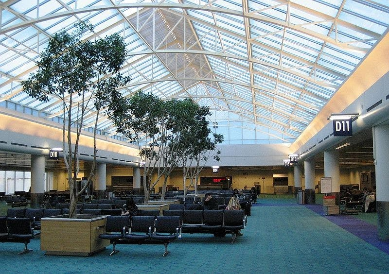 800pxportland_international_airport_concourse_d__oregon