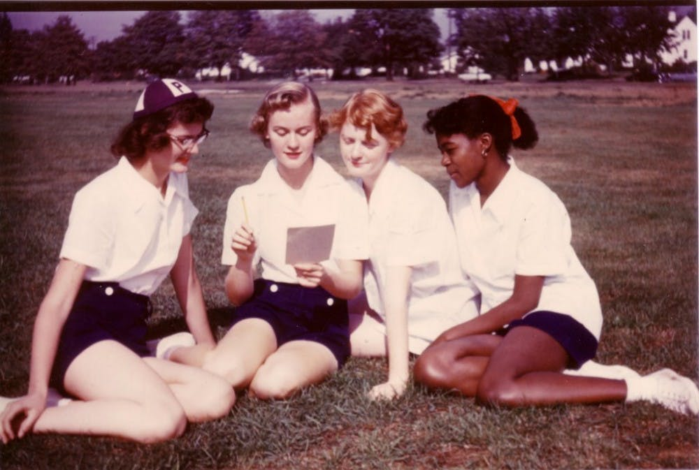 freshmenstudentssittingonthegrass1953
