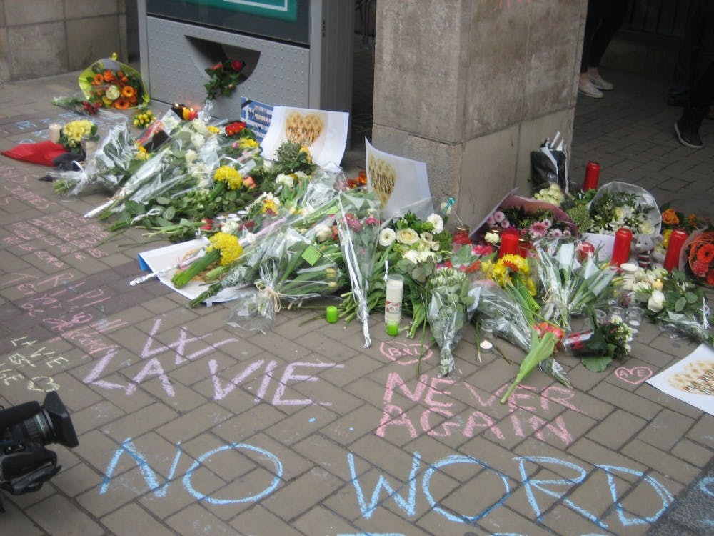 Entrance of Maelbeek/Maalbeek metro station at Rue de la Loi/Wetstraat: Flowers and inscriptions after March 2016 Brussels attacks. Photo courtesy of Wikimedia Commons.