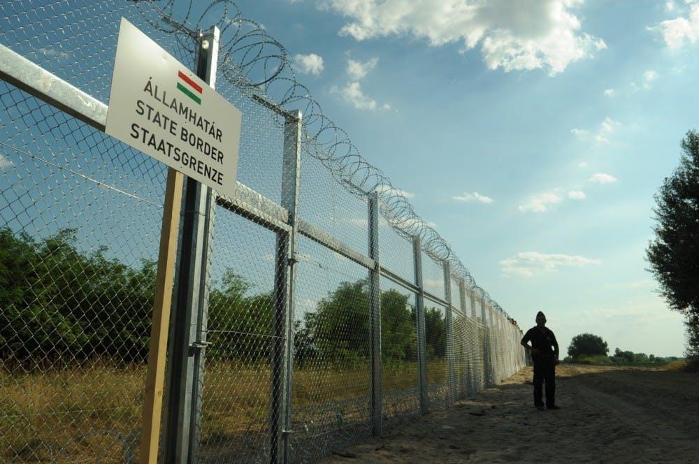 hungarianserbian_border_barrier_1